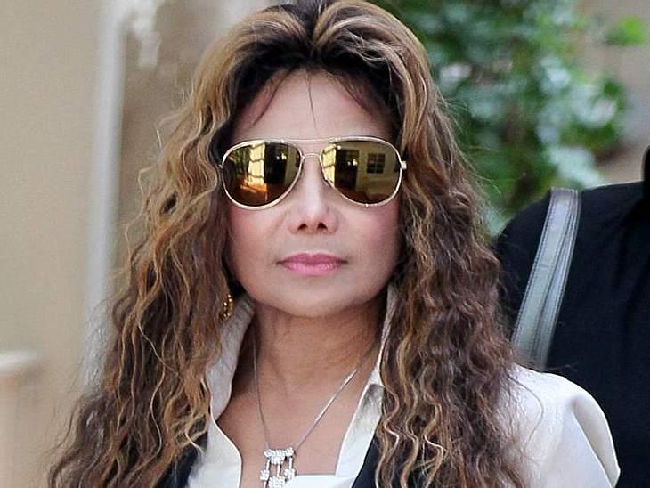 ,Stars mit SonnenbrillenGolden Eye: La Toya  Jackson mit goldverspiegelter Pilotenbrille.