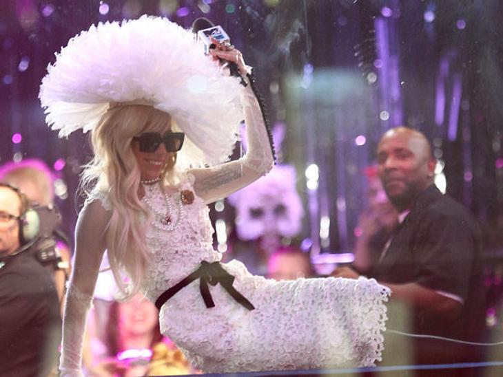 """Abergläubische StarsDass Lady Gaga (26) schon das ein oder andere Mal von allen guten Geistern verlassen war, wissen wir. Doch mit dem Geständnis um ihre extravaganten Kopfbedeckungen toppt sie alles: Die """"Born This Way""""-Sängerin"""