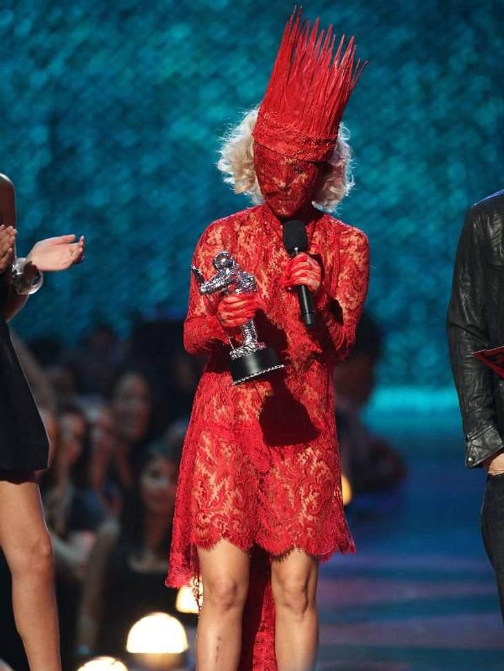 Popdivas: Lady Gaga und Katy PerryGanzkörperspitze bei Lady Gaga. Sogar ihr Gesicht ist mit der roten Klöppelarbeit verhüllt.
