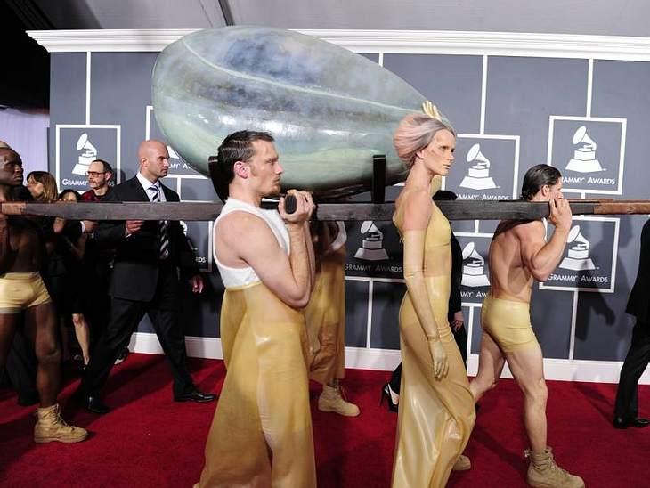 Grammys 2011 Lady Gaga musste dieses Mal nicht über den roten Teppich laufen, sie wurde in einem Ei transportiert. Auf der Bühne durfte sie dann schlüpfen - ziemlich bizarr.