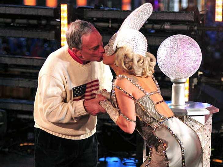 Stars beim KnutschenEin fetter Knutscher zum neuen Jahr von Lady Gaga (25) an den amtierenden Bürgermeister von New York, Michael Bloomberg (69).