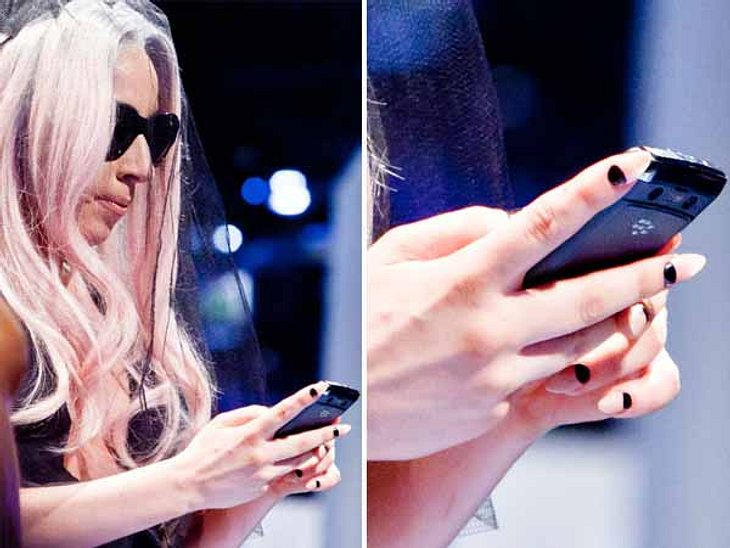 Nail TrendsBunt, bunt, bunt sind alle meine Nägel. Dieses Motto nehmen sich die Stars bei der Maniküre zu Herzen und geben sich bewusst farbenfroh.Dabei benutzen die Promi-Frauen immer seltener Lack, sondern spezielle Klebefolien (Minx-Nail