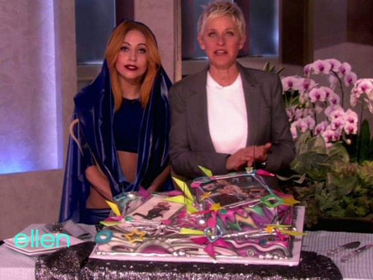 Stars ♥ Torte!So schrill wie sie selbst, ist auch die Torte, die Lady Gaga (26) von Talkerin Ellen DeGeneres (54) bekommen hat.