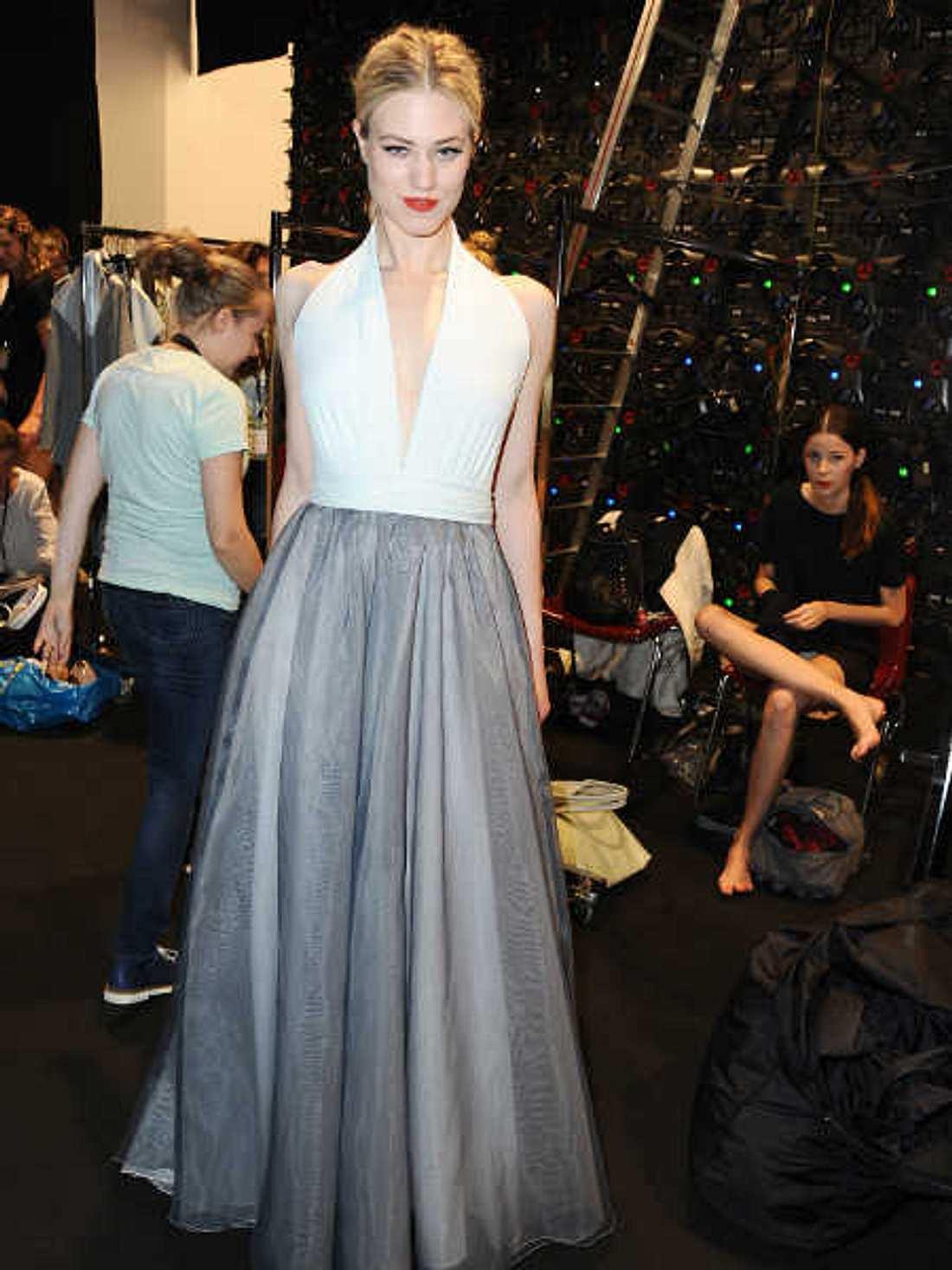 Larissa Marolt modelt bei der Fashion Week.