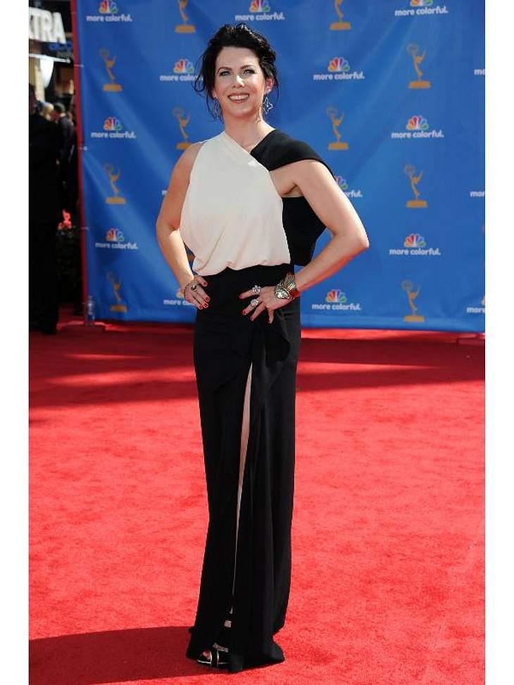 """Lauren Graham (""""Gilmore Girls"""") in einer schwarz-weißen Robe von Yigal Azrouel."""