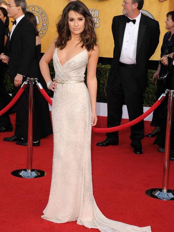 """Die Luxus-Ballkleider der Stars""""Glee""""-Star  Lea Michele liebt den mondänen Look. Das fließende Kleid mit Schleppe könnte auch aus einem Hochzeitsmagazin stammen. Es ist nicht besonders üppig, dafür umso exklusiver."""