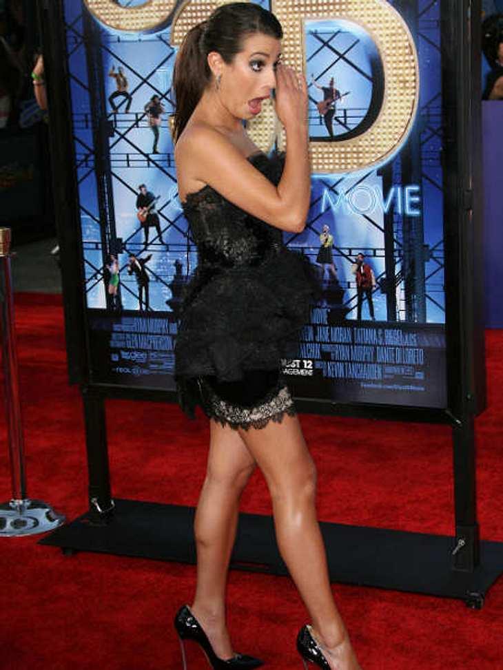 """Ups, peinliche StarsWas im Auge? Noch lange kein Grund wie """"Glee""""-Star Lea Michele sich das mitten auf dem roten Teppich aus dem selbigen zu pulen."""