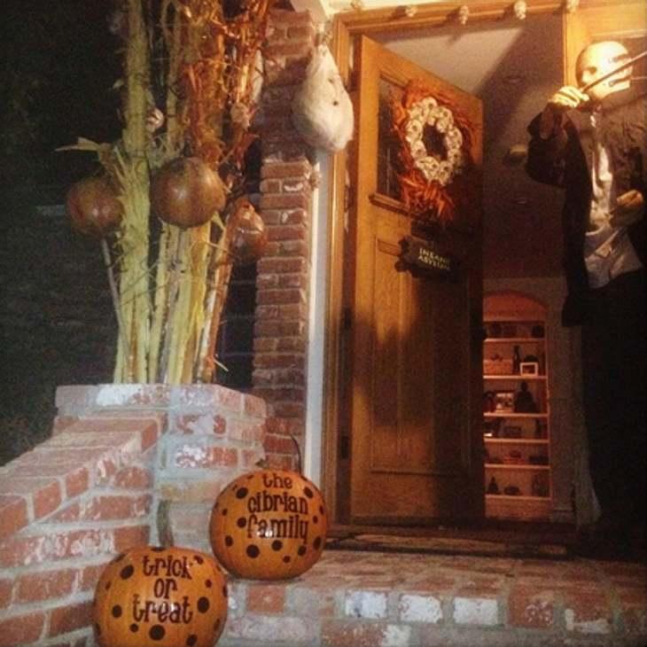 Schaurig schön: Stars im Halloween-WahnNicht kleckern, sondern klotzen: LeAnn Rimes (30) geht bei ihrer Haus-Dekoration auf's Ganze.