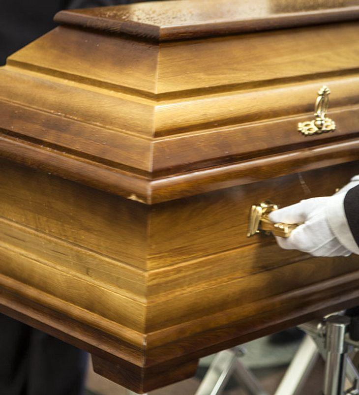 Lebende Frau war 11 Tage lang beerdigt und wurde dann wieder ausgegraben!
