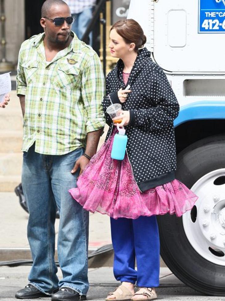 Star-Style: Die größten Fashion-Fiaskos im JuliJogging-Jammer: Da konnte sich wohl jemand nicht entscheiden. Leighton Meester (26) trägt unterm Tüllkleid Jogginghose und drüber XL-Regenjacke. Scheußlich!