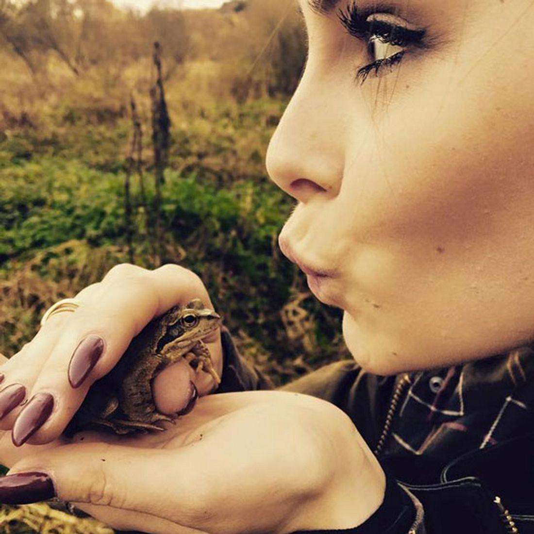 Lena Meyer-Landrut küsst den Frosch