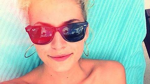 Lena Gercke chillt am Pool - Foto: Facebook