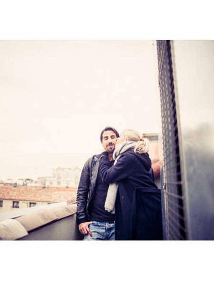Lena Gercke gibt ihrem Freund einen Glücks-Kuss.