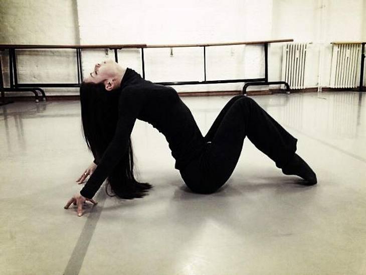 Schlagenmensch? Lena Meyer-Landrut (21) zeigt im Tanzstudio, dass sie sich problemlos verbiegen kann wie eine Brezel...