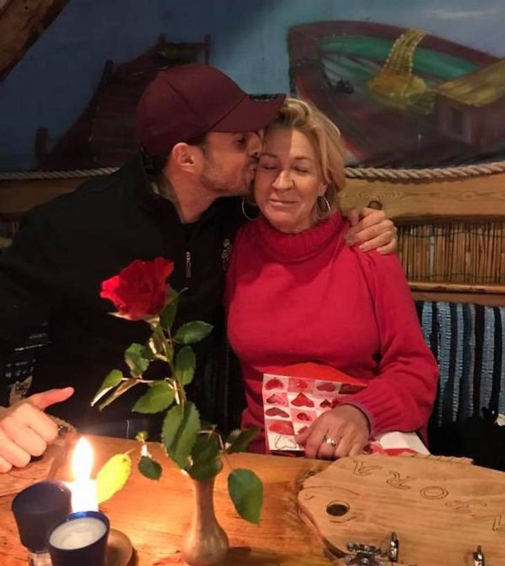 Rote Rose zum Geburtstag: So süß gratuliert Leonard Freier seiner Mutter
