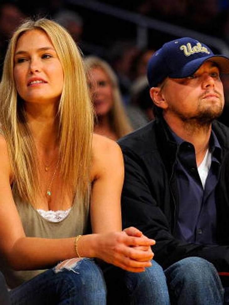 Hochzeitsmuffel in HollywoodDer ewig unverheiratete Leonardo DiCaprio angelt sich zwar immer die schönsten Models - zuletzt Bar Refaeli, aber ans Heiraten denkt er so gar nicht. Sobald Verlobungsgerüchte aufkommen, zieht Leo die Reißleine.H