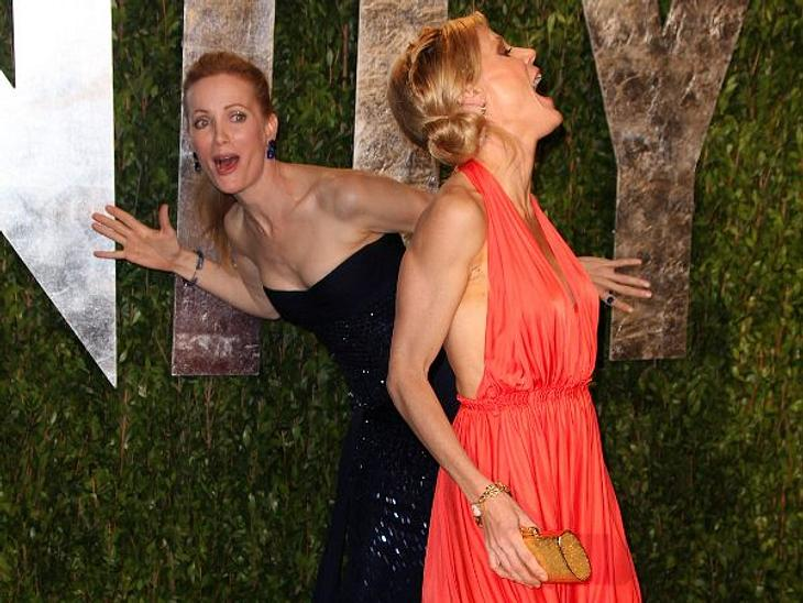 """Stars nehmen sich nicht immer ganz ernstLeslie Mann und Julie Bowen machen sich bei der """"Vanity Fair""""-Party mächtig zum Obst - zur Freude aller Beteiligten."""