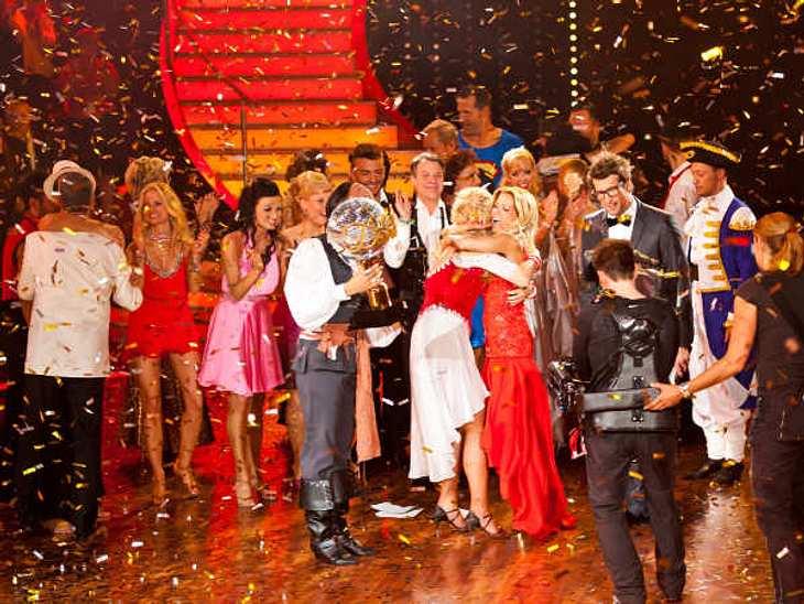 """""""Let's Dance"""" 2012 - Die HighlightsGlitzerregen, Tränen und Umarmungen: Als die Siegerin feststand, brachen bei Neu-""""Dancing Star"""" Magdalena Brzeska alle Dämme."""