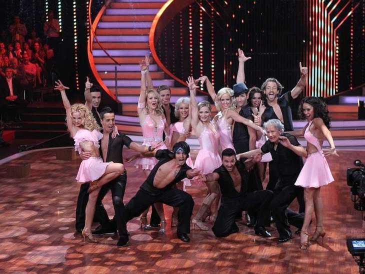 """Let's Dance: Das Finale ,Zum großen Finale waren auch alle ausgeschiedenen Kandidaten wieder anwesend und durften ein letztes Mal über das Parkett fegen. Alle Infos zu """"Let's Dance"""" im Special bei RTL.de: www.rtl.de/cms/unterhaltu"""