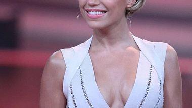 Lets Dance Folge 7 ,Sylvie van der Vaart hat sich zur siebten Folge von Lets Dance ihr schönstes Barbie-Kleid angezogen und empfing die aufgeregten Tanzpaare. In dieser Sendung wurde nämlich entschieden, wer zu den Top 3 Kandidaten zählt. - Foto: RTL / Stefan Gregorowius