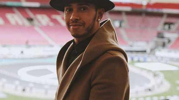 Lewis Hamilton begeistert seine Fans am Klavier