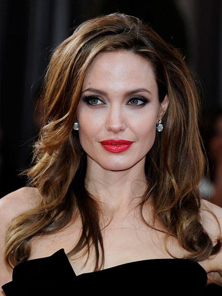 Liebesbeweise der StarsAngelina Jolie scheint übrigens gerne Schmuck an ihre Männer zu verschenken. Als sie mit dem Schauspieler Billy Bob Thornton (57) verheiratet war (2000  2005), schenkte sie ihm eine Halskette. Allerdings hing an diese