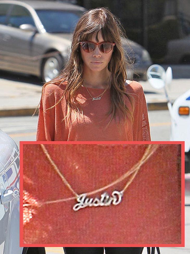 """Liebesbeweise der StarsAber auch Jessica zeigt gerne, dass ihr Herz nur für Justin schlägt. Sie trägt seinen Namen um den Hals. Ihre süße Goldkette zeigt nämlich den Schriftzug """"Justin"""". So kann man einen Mann natürlich auch an si"""