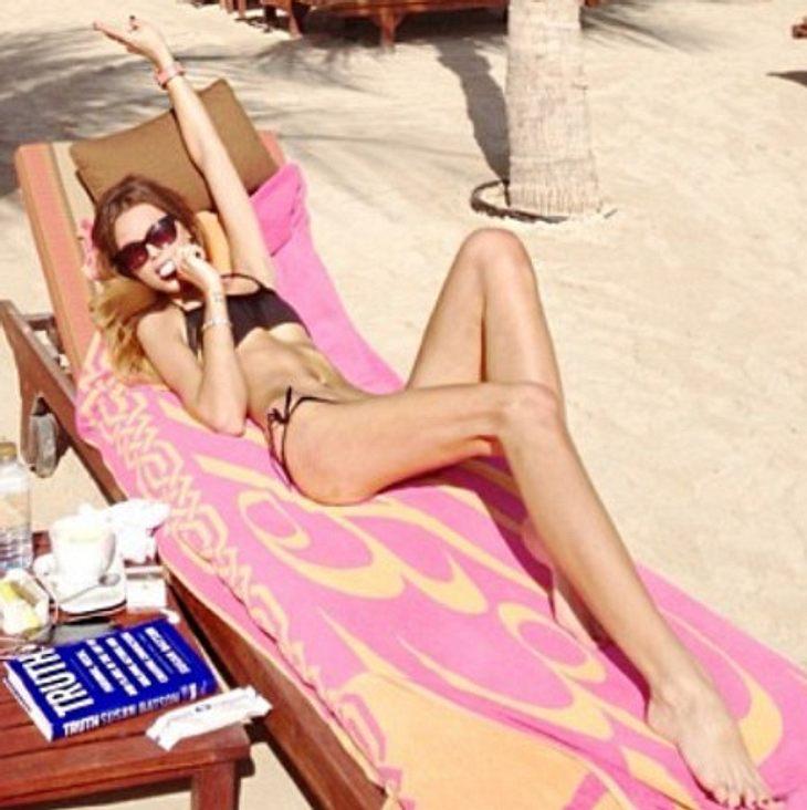 Liliana Matthäus ganz mager am Strand.