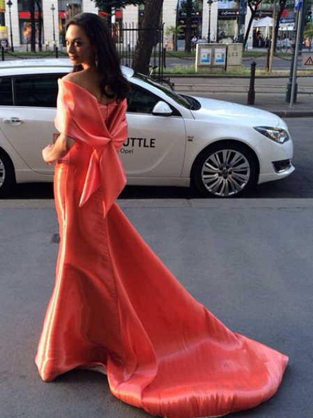 Lilly Becker in ihrem Abendkleid vor der Preisverleihung.