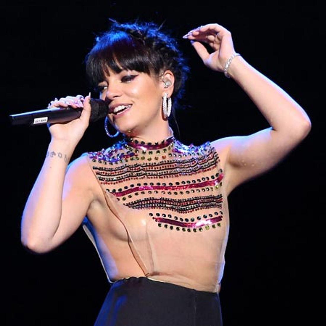 Lily Allen fast nackt auf der Bühne.