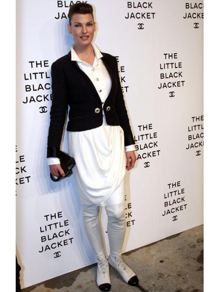 """Star-Style: Die größten Fashion-Fiaskos im JuliPinguin-Pleite: Watschel, watschel! Bei der Karl-Lagerfeld-Ausstellung """"The Little Black Jacket: Chanel's Classic Revisited"""" machte Linda Evangelista (47) in ihrem Schwarz-Weiß-Look e"""