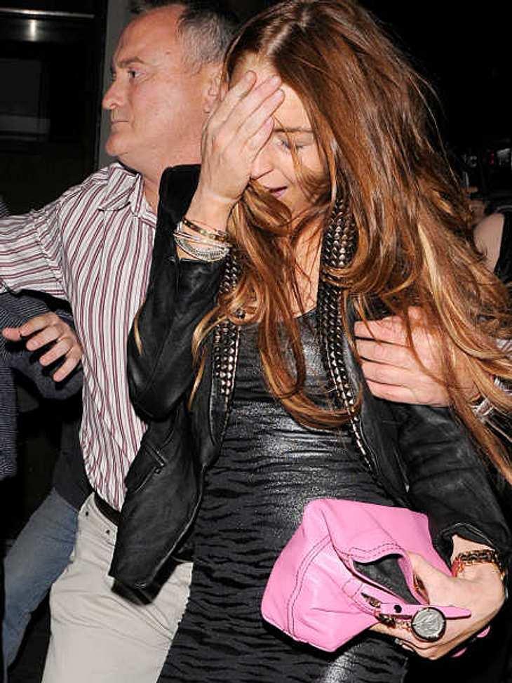 """Lindsay Lohan: Hauptsache peinlich!""""Gott, bin ich besoffen!"""" Lindsay Lohan muss auf dem Weg zum Auto sogar gestützt werden."""