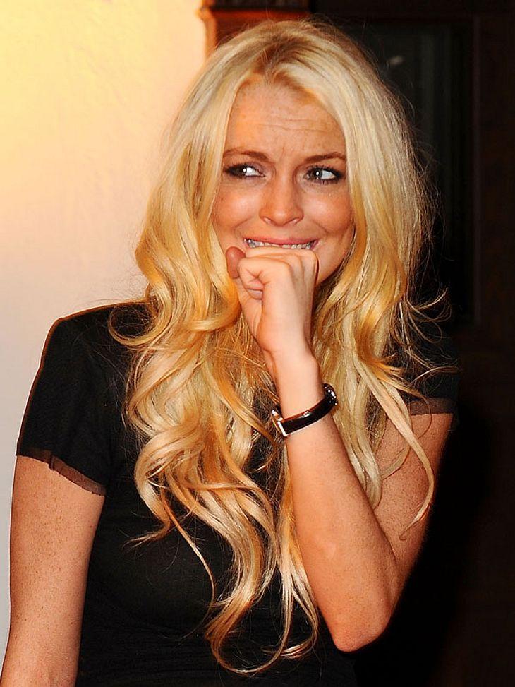 2. Lindsay Lohan twittert häufig wenn sie betrunken ist und zieht über ihren Vater oder jegliche Leute her, die sie vor dem Alkohol-Tod bewahren wollen. Neulich schrieb sie über Ex Samantha Ronson.