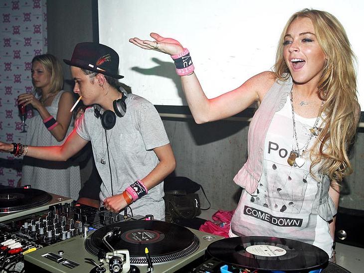 Die Zeiten, in denen Lindsay Lohan neben On-Off-Freundin Samantha Ronson hinter dem DJ-Pult gestanden hat, sind vorbei. Die Zeiten, in denen sie zur Flasche greift, leider nicht. Trotz eines Entzugs!