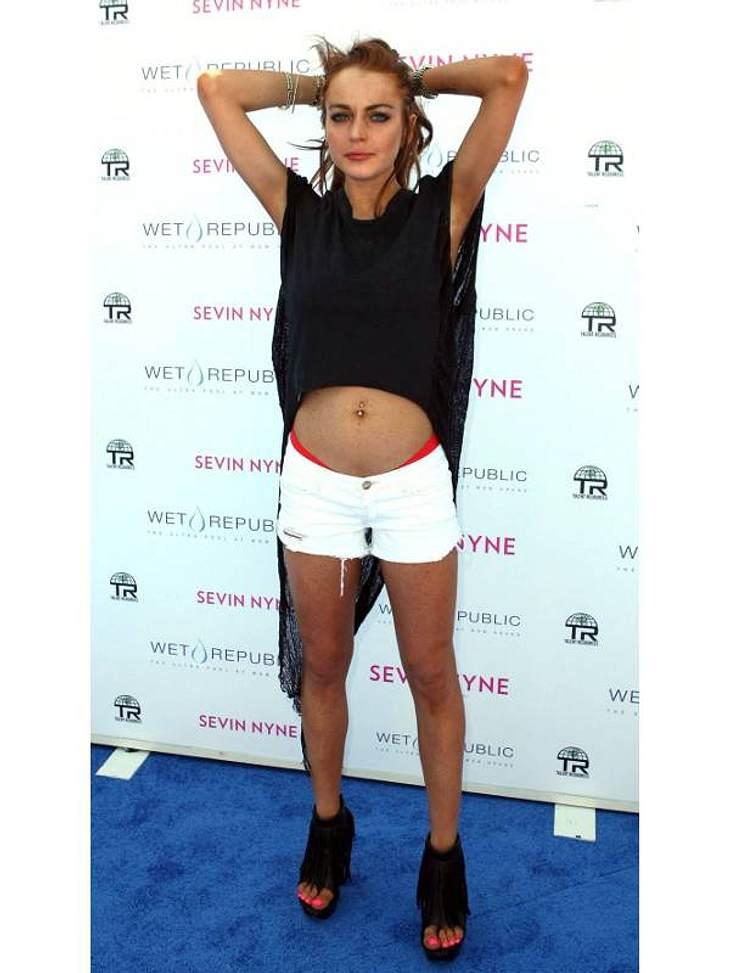 Lindsay Lohan präsentiert nicht nur stolz ihr Bäuchlein, sondern versucht auch noch verführerisch in die Kameras zu blicken. Prollig statt sexy: So machst Du niemanden scharf, liebe Lindsay.