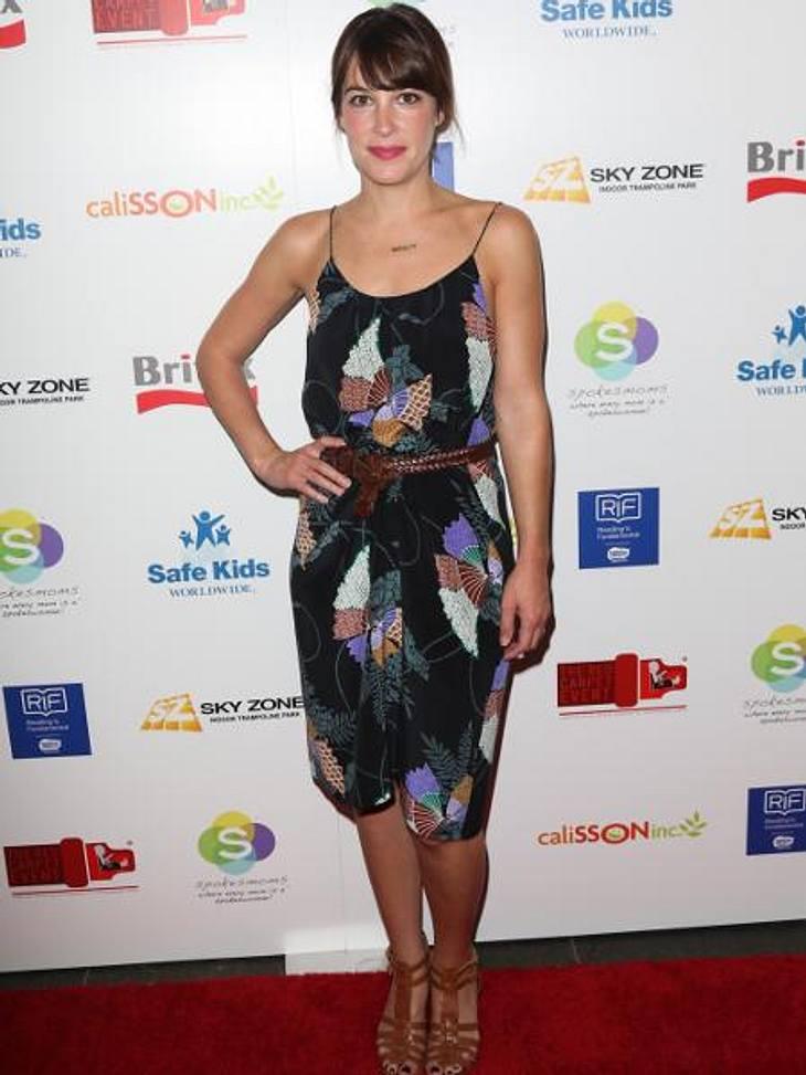 Mustergültig! Die Stars lieben jetzt bunte Print-KleiderSchauspielerin Lindsay Sloane Leikin (35) setzt dagegen auf eine dezentere Farbgebung. Das zarte Chiffon-Kleid passt bei Schmuddel-Wetter auch perfekt zu Strickjacke und Stiefeln.