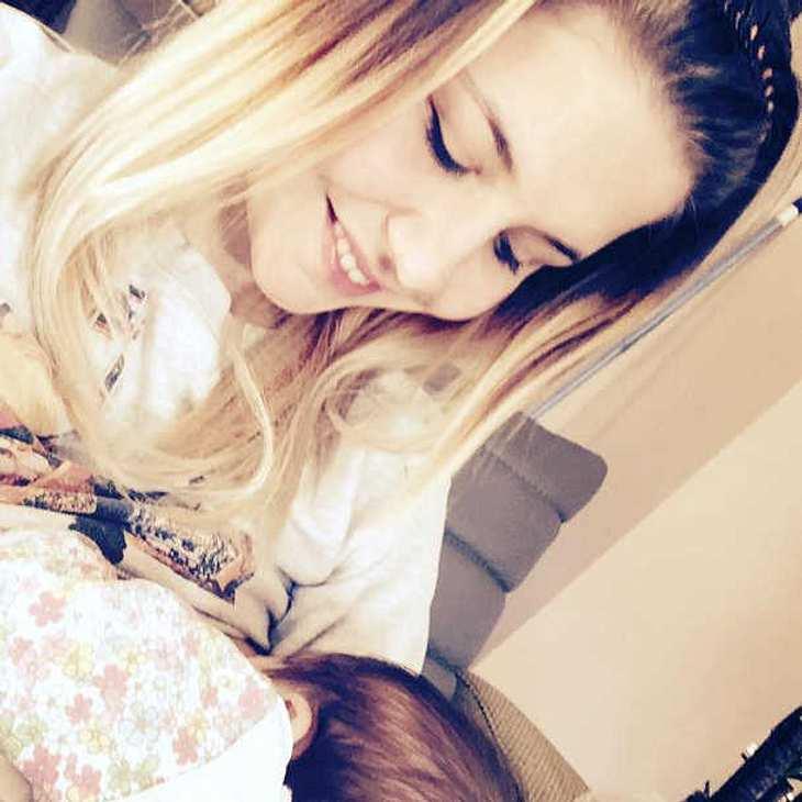 Lisa Wohlgemuth stillt ihr Baby
