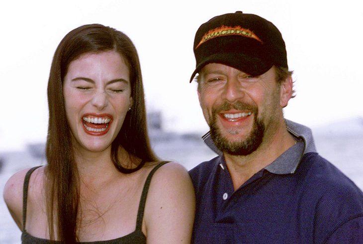 """Ihren Durchbruch hatte Liv Tyler 1988 beim Film """"Armageddon"""". Hier sieht man sie mit ihren Filmpartner Bruce Willis, der im Film ihren Vater spielte."""