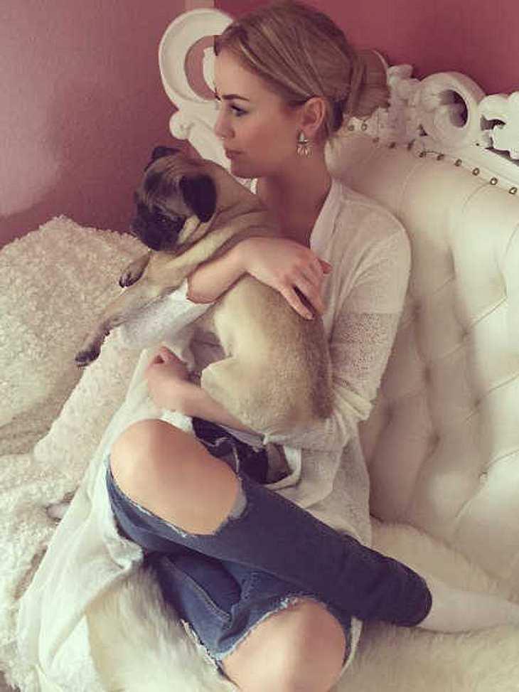 Liz Kaeber kuschelt nicht nur mit ihrem Hund.