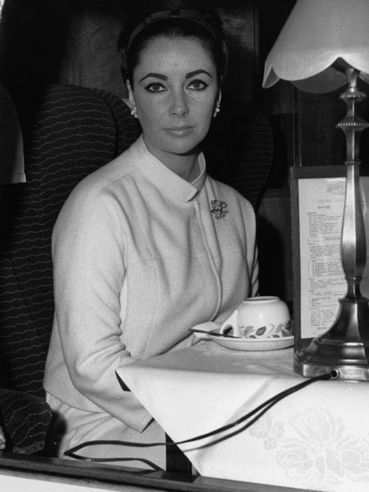 Stars im Gewichts-Chaos: Quälerei für die FilmrolleDie junge Liz Taylor hatte in ihrer erfolgreichen Zeit nie ein Pfund zu viel oder zu wenig auf den Rippen. Doch einmal bekam sie den Anti-Diät-Befehl.