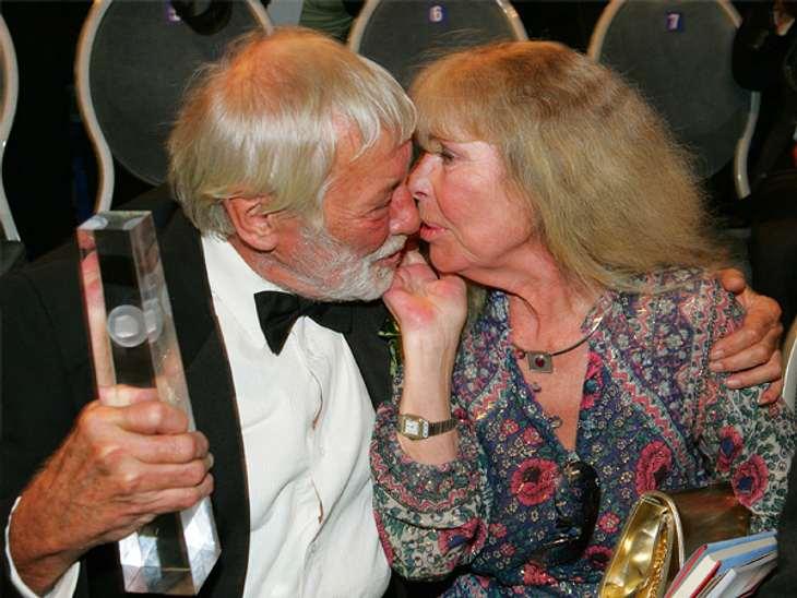 Die wundervolle Liebe von Vivi Bach und Dietmar Schönherr: Für immer vereint...Bis ins hohe Alter hinein sah man Vivi Bach und Dietmar Schönherr ihre unendliche Liebe an. Sie hielten stets zueinander, waren füreinander da und haben sich nie