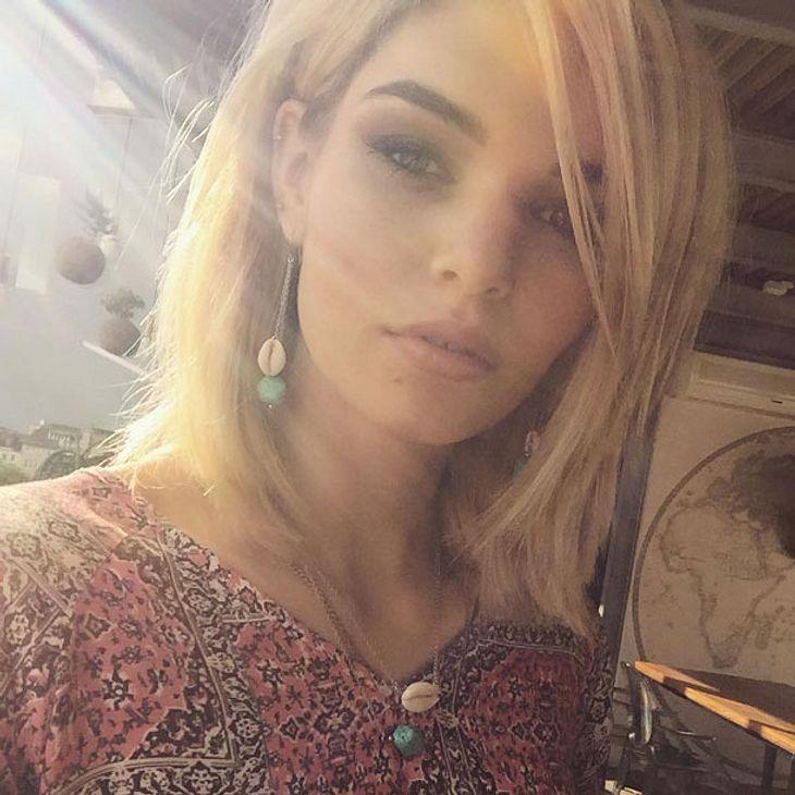 Luisa Hartema zeigt sich mit braunen Haaren