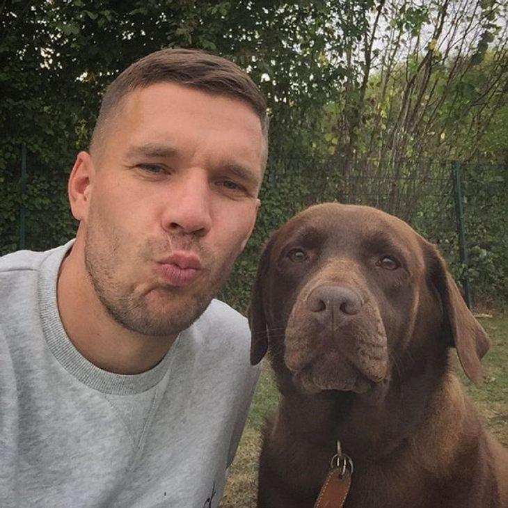Lukas Podolski posiert mit seinem Hund
