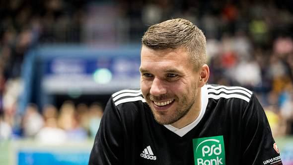 Lukas Podolski verdient beim Fußball ein Vermögen - Foto: Imago/Beautiful Sports