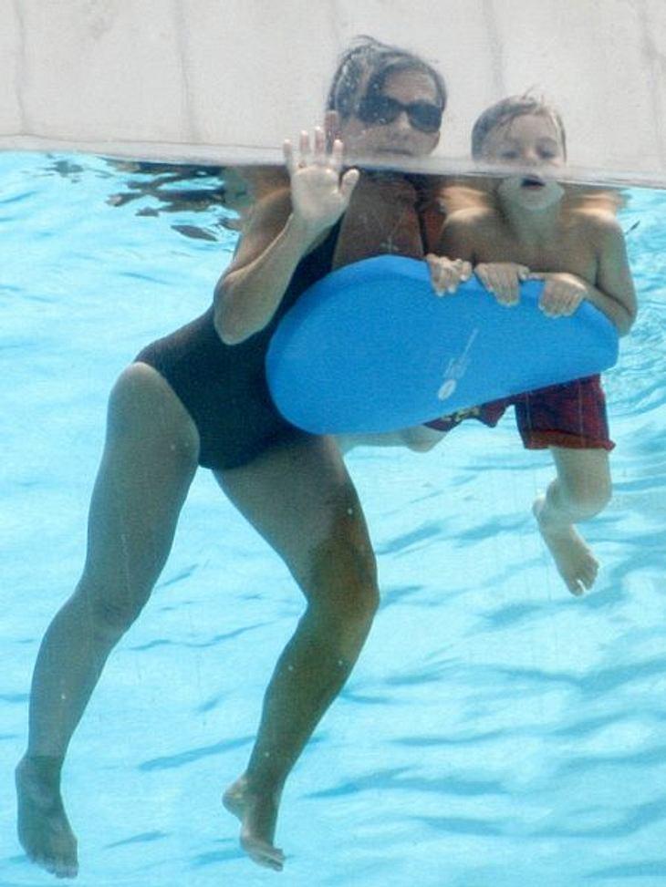 Peinliche Promi-ElternAber auch Lynne Spears selbst setzt sich gerne in Szene. Wie hier im Pool mit ihrem Enkel Jayden James (6).