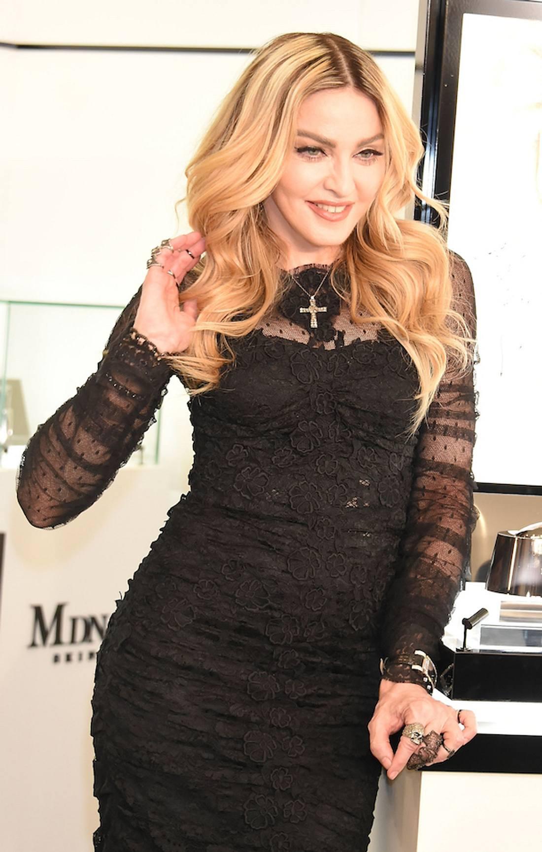 Auf der Bühne: Madonna entblößt 17-Jähriges Mädchen