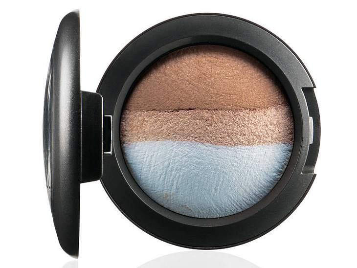 ,Make-up-Trends: Blaue LiderAm äußeren Augenwinkel etwas Blau auftragen und den Rest des Lids mit Beige anmalen (z. B. mit dem Blau-Beige-Farbduo von Mac).