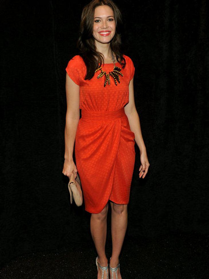 Star-Style: OrangePassend zum Kleid trägt Mandy Moore  ihren Lippenstift in Orange. Vielleicht hätte sie ihre Accessoires aber noch besser auf ihr Outfit abstimmen können.