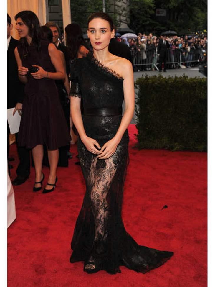 Met-Gala 2012: Die spektakulärsten Kleider des AbendsSchwarz ist einfach ihre Farbe: Schauspielerin Rooney Mara (27) bewies mit dieser Givenchy-Kreation Stilgefühl.
