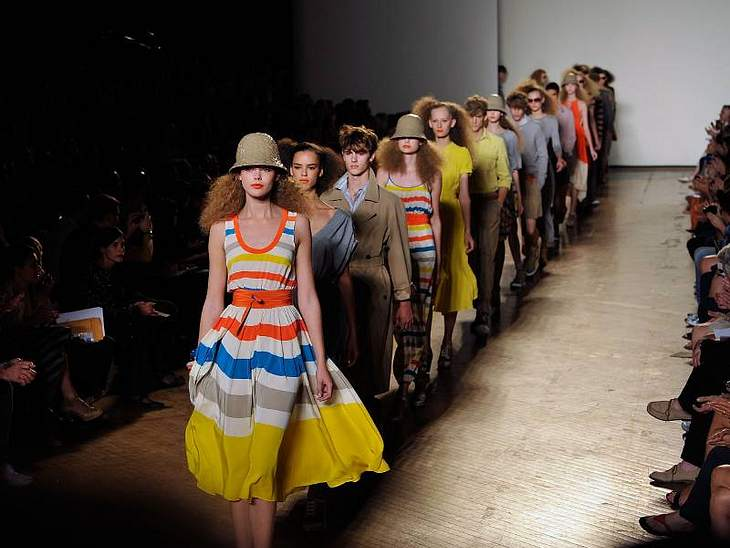 Bei Marc Jacobs dominierten sommerliche Farben, fließende Stoffe und sehr sehr krauses Haar.